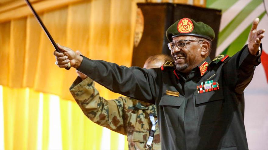 El presidente derrocado de Sudán, Omar al-Bashir, se dirige a las fuerzas militares en Jartum, la capital, 13 de febrero de 2019.   (Foto: AFP)
