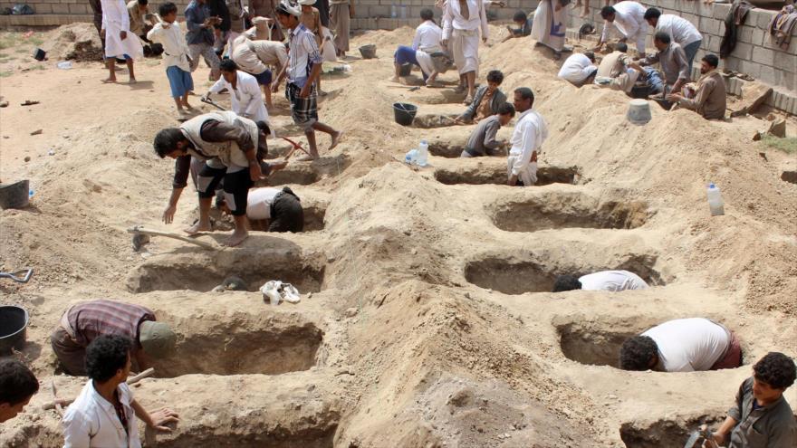 Yemeníes abren tumbas para enterrar a los compatriotas muertos en un ataque saudí, patrocinado por EE.UU., Saada, 10 de agosto de 2018. (Foto: AFP)