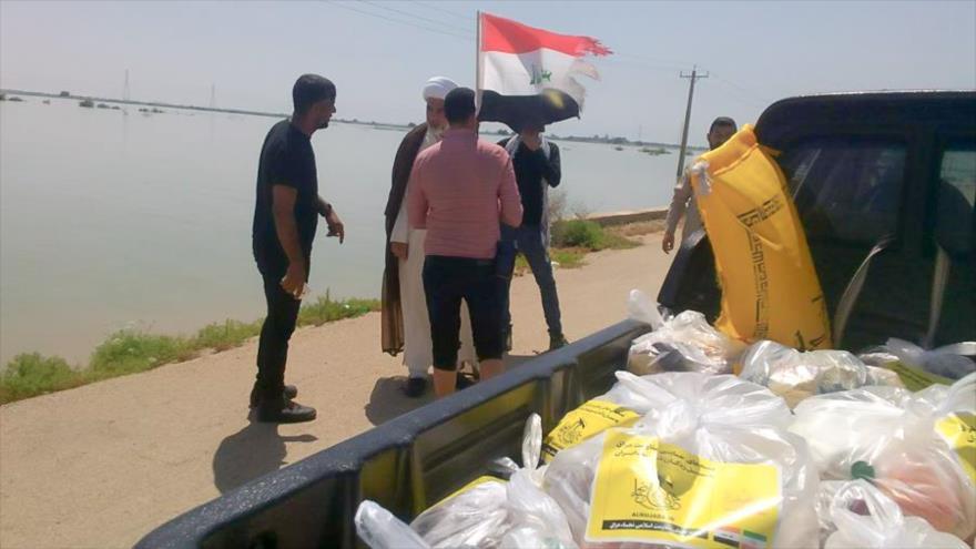 Las ayudas del Movimiento Hezbolá Al-Nuyaba de Irak son distribuidas entre los iraníes afectados por las riadas en aldeas en Ahvaz, la capital de Juzestán.