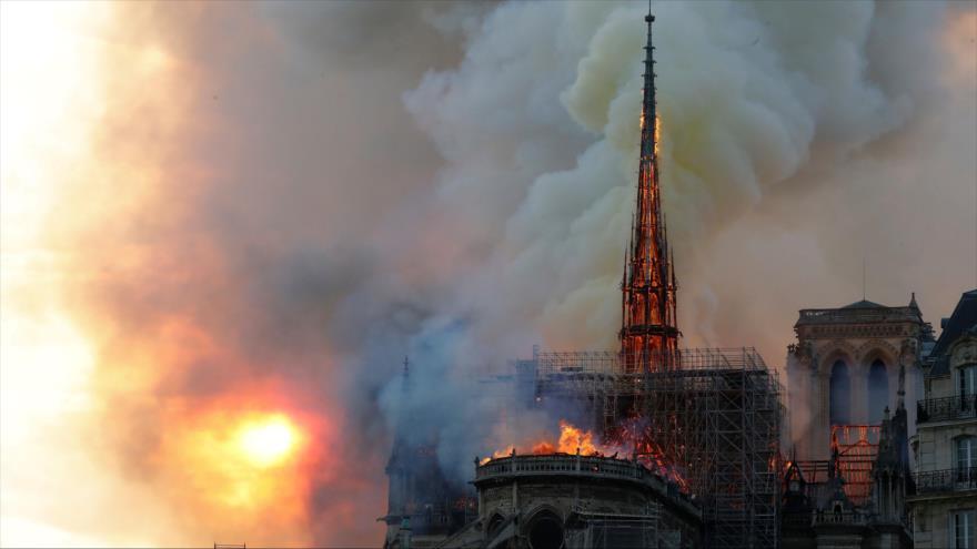 La catedral de Notre Dame de París, capital francesa, sufre un gran incendio, 15 de abril de 2019. (Foto: AFP)