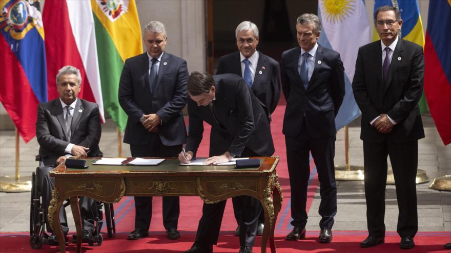 El presidente de Brasil, Jair Bolsonaro, firma una declaración para lanzar la iniciativa regional Prosur, 22 de marzo de 2019. (Foto: AFP)