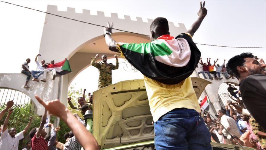 Manifestantes sudaneses en el centro de Jartum (capital) después del derrocamiento del expresidente Omar al-Bashir, 11 de abril de 2019. (Foto: AFP)