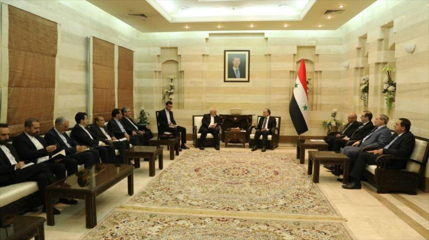 El primer ministro de Siria, Emad Jamis (dcha.), reunido con el canciller iraní, Mohamad Yavad Zarif, en Damasco, 16 de abril de 2019.