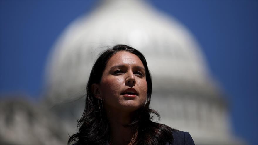 Congresista demócrata de EE.UU., Tulsi Gabbard, habla en una conferencia de prensa fuera del Capitolio, Washington, 18 de julio de 2018. (Foto: AFP)