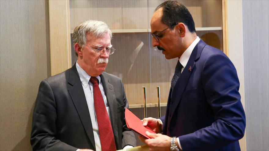 Ibrahim Kalin, portavoz de la Presidencia turca (dcha.), habla con John Bolton, asesor de seguridad nacional de EE.UU., 8 de enero de 2019. (Foto: AFP)