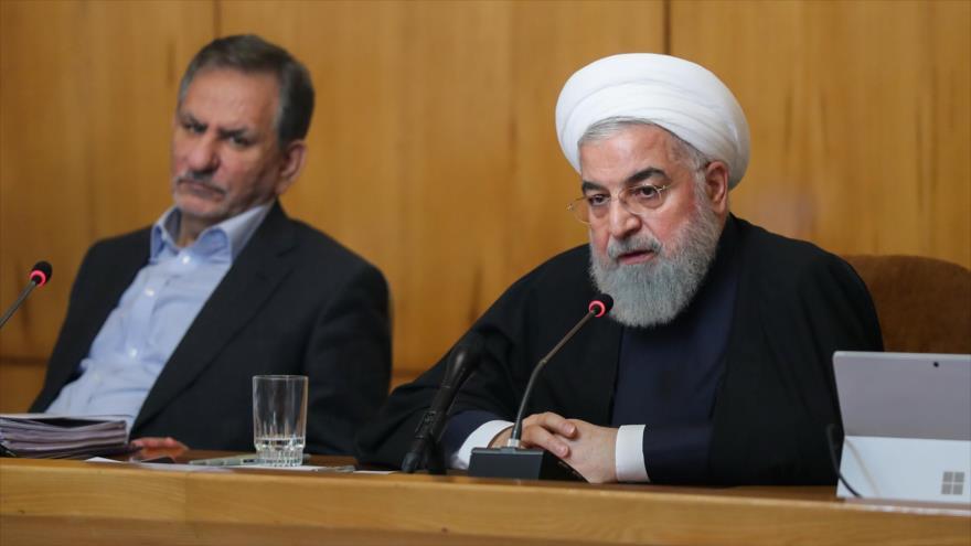 El presidente de Irán, Hasan Rohani (dcha.), en una reunión con los miembros de su gabinete en Teherán (capital), 17 de abril de 2019.