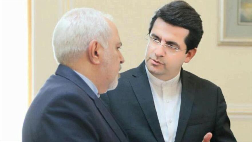 El portavoz del Ministerio de Relaciones Exteriores de Irán, Seyed Abás Musavi (dcha.). (Foto: IRNA)