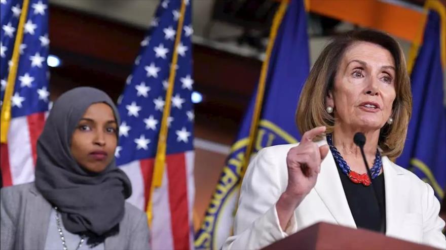 Ls presidenta de la Cámara de Representantes de EE.UU., Nancy Pelosi (dcha.), y la congresista Ilhan Omar.