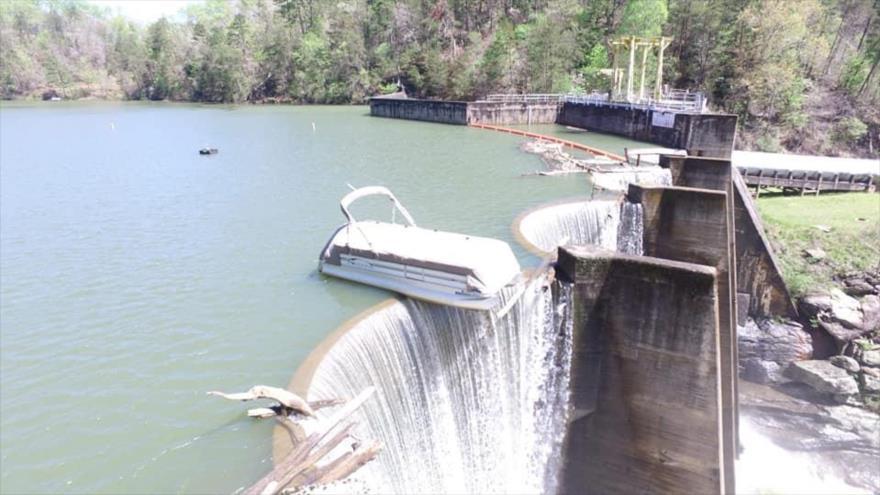 Vídeo: Bote queda muy cerca de caer al abismo desde una represa