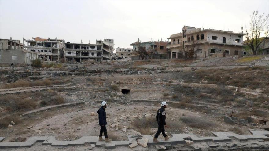 Integrantes del llamado grupo cascos blancos inspeccionan una localidad en Idlib.
