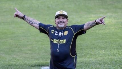 Vídeo: Maradona marca un gol olímpico desde el córner del campo