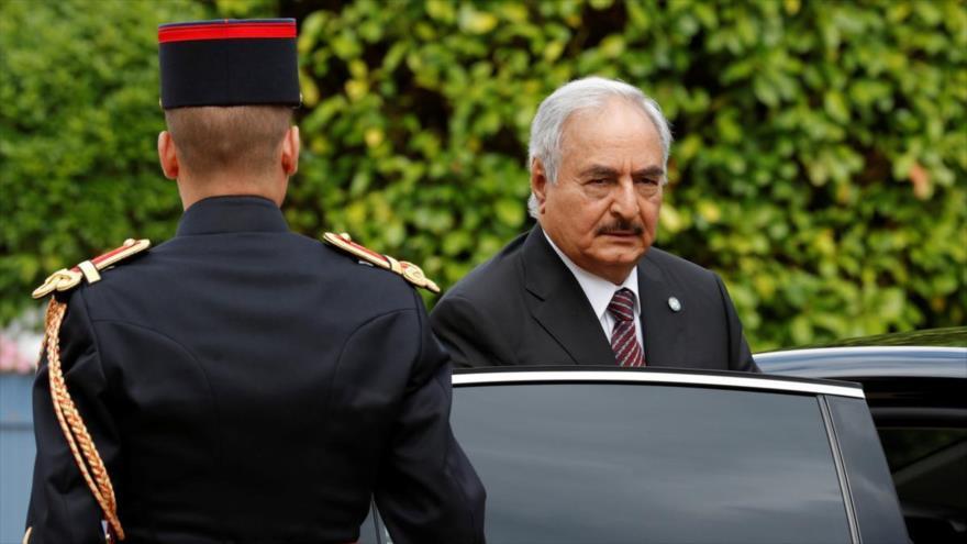El mariscal libio Jalifa Haftar llega a París para asistir a una reunión sobre la paz en su país, julio de 2017.