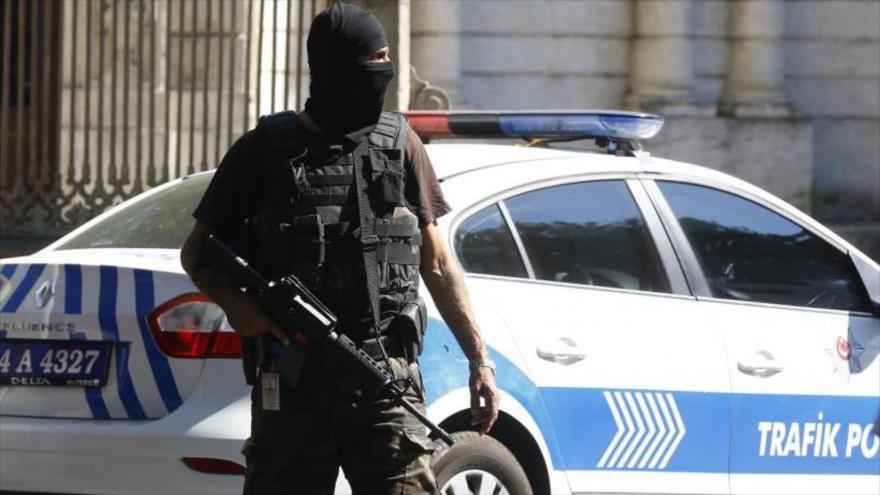 Agente de policía turca vigilan una zona en Istambul.