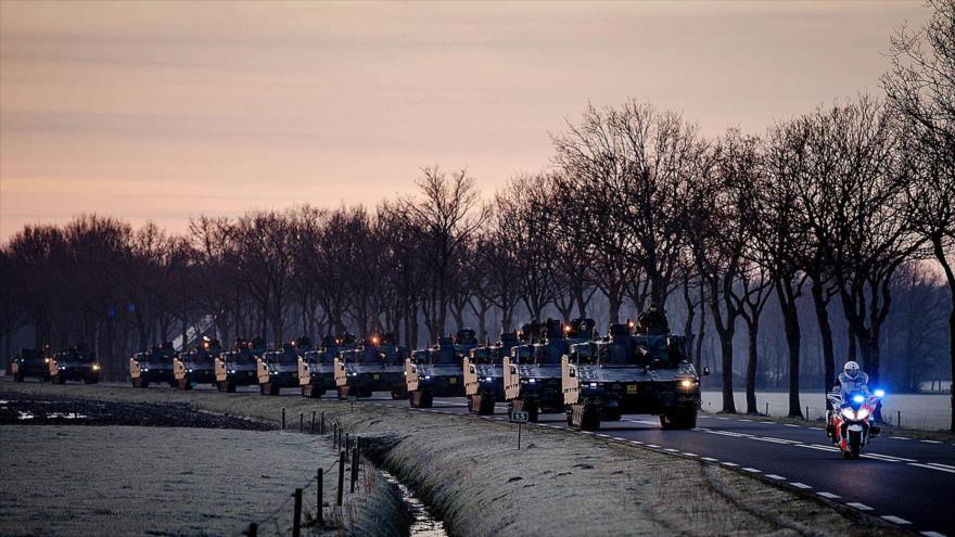 Los tanques de la OTAN en la ciudad holandesa de Steenwijk se dirigen hacia Alemania, 8 de febrero de 2018. (Foto: AFP)