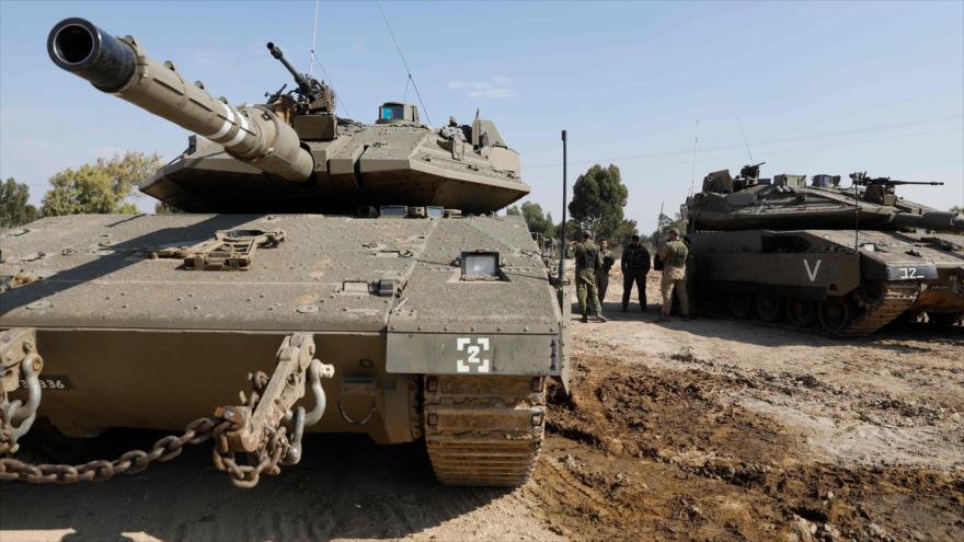 Soldados israelíes junto a los tanques estacionados a lo largo de la línea divisoria con la Franja de Gaza, 13 de noviembre de 2018. (Foto: AFP)