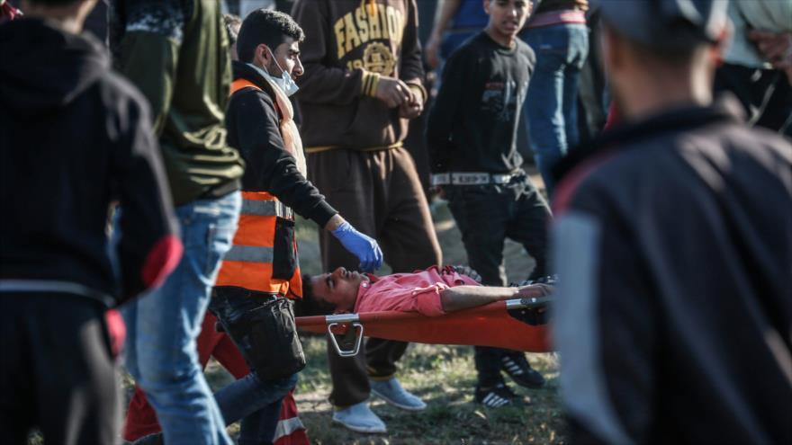 Un manifestante palestino herido por los disparos israelíes en los límites de Gaza y los territorios ocupados, 19 de abril de 2019. (Foto: AFP)