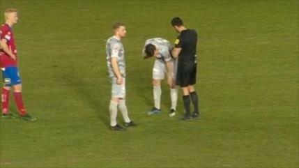 Futbolista se lesiona tras saludar a un compañero en la cancha