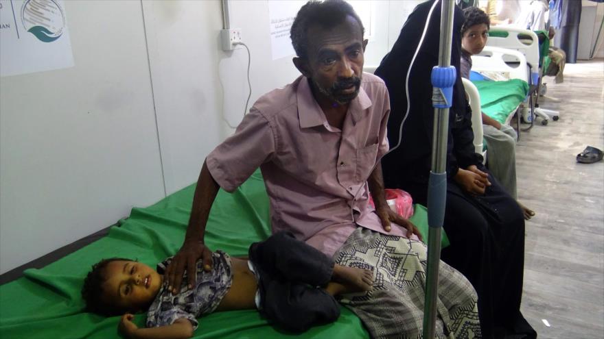 Un niño yemení afectado por el cólera en un hospital en la provincia de Al-Hudayda, 18 de abril de 2019. (Foto: AFP)