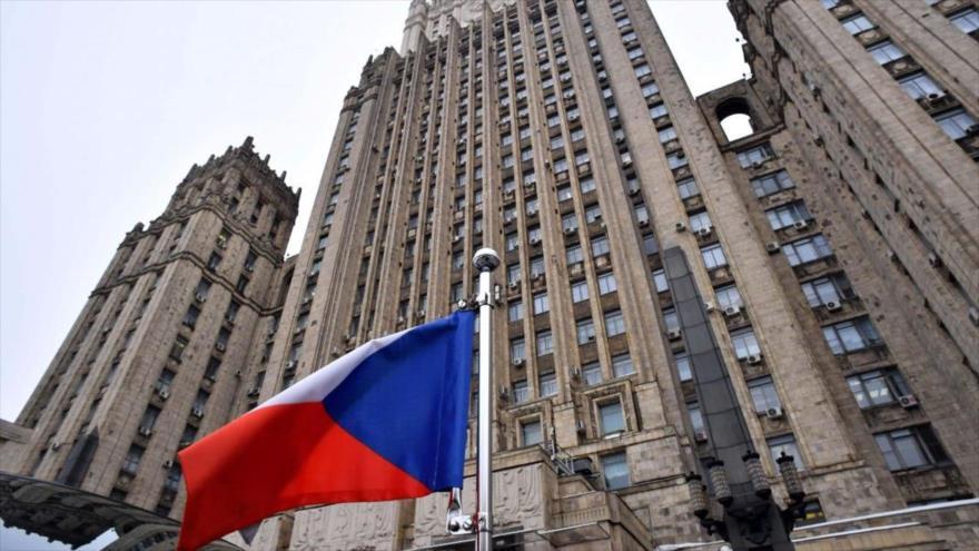 Una bandera rusa ondea ante la sede de la Cancillería de Rusia en Moscú.