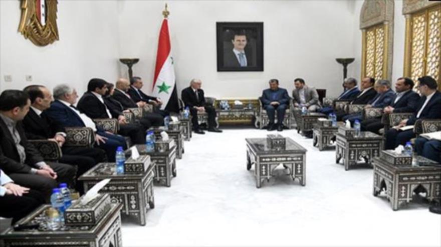 Vicepresidente del Parlamento sirio, Naydat Anzur (izq.) y el parlamentario iraní, Amir Joyaste, se reúnen en Damasco, 20 de abril de 2019. (Foto: SANA)