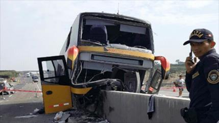 Se estrella autobús que iba al funeral de Alan García