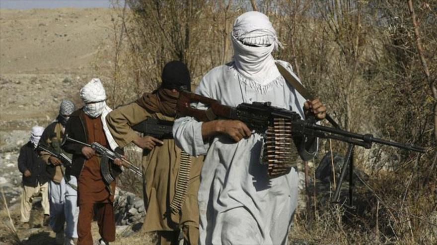 Los combatientes del grupo Talibán caminan en un lugar no revelado en la provincia de Nangarhar.