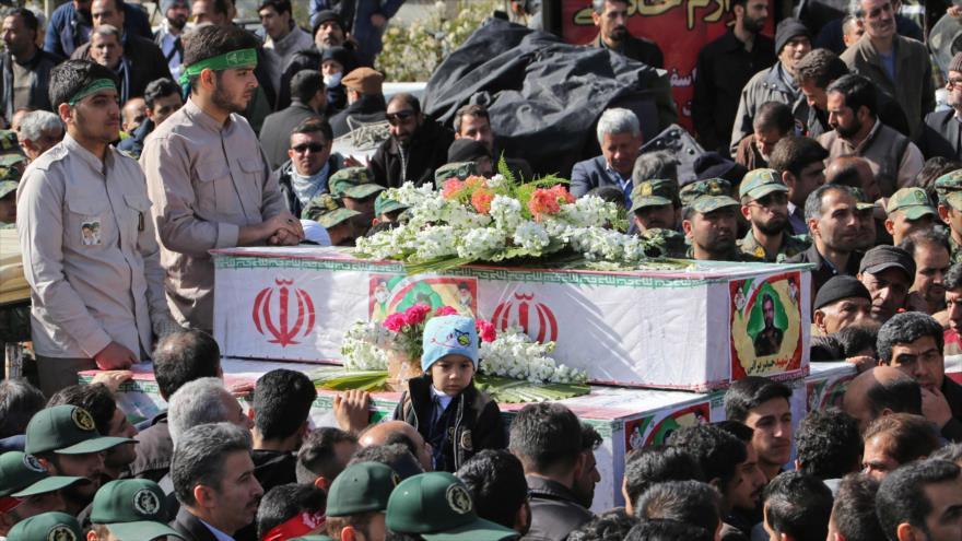Asisten en Isfahán (sureste) al funeral de mártires del atentado en la frontera irano- paquistaní, 16 de febrero de 2019. (Foto: AFP)