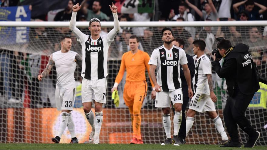 El delantero portugués de Juventus, Cristiano Ronaldo, celebra la victoria ante Fiorentina en el estadio de Juventus en Turín, Italia, 20 de abril de 2019. (Foto: AFP)
