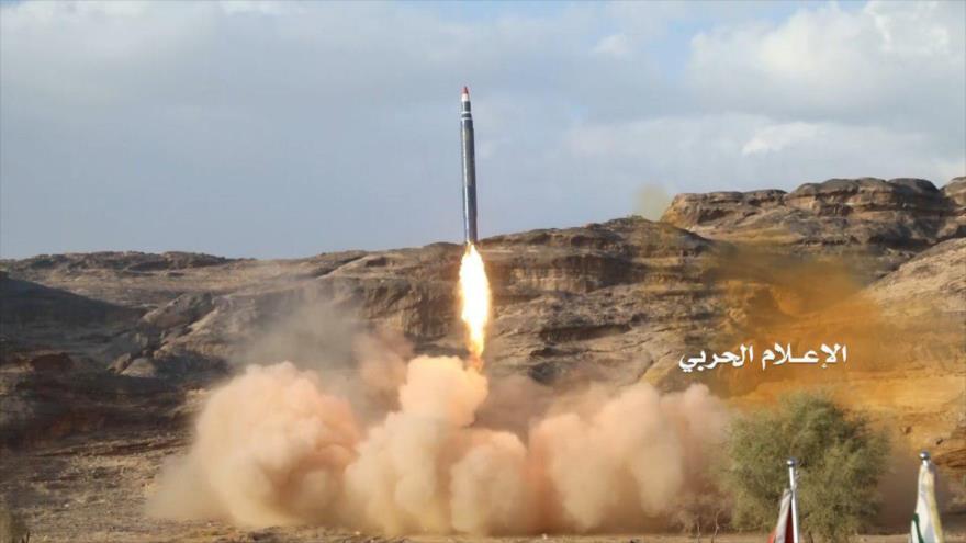 Fuerzas yemeníes lanzan un misil contra posiciones militares de Arabia Saudí.