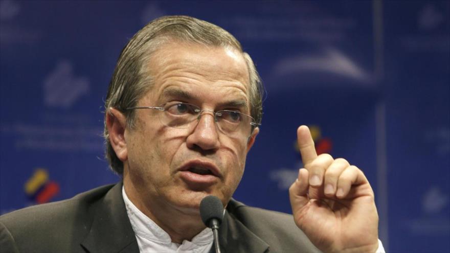 El exministro de Asuntos Exteriores de Ecuador Ricardo Patiño habla con la prensa.