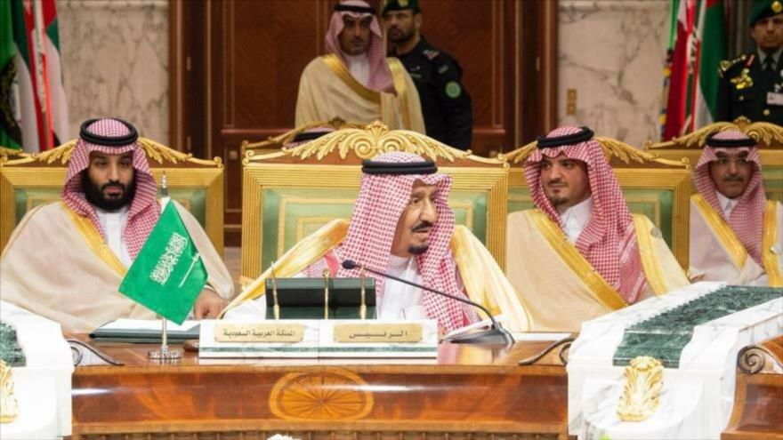 El rey saudí, Salman bin Abdulaziz Al Saud (centro) y su heredero, Muhamad bin Salman (izda.), en un acto en Riad, 9 de diciembre de 2018. (Foto: AFP)