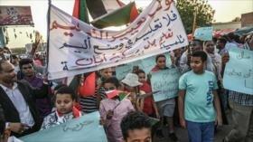 Escolares sudaneses protestan frente a la sede del Ejército