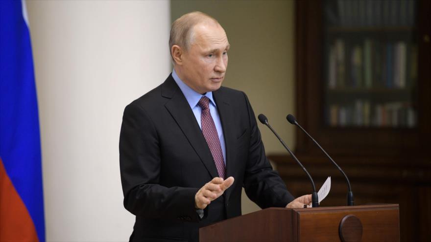 El presidente ruso, Vladímir Putin, pronuncia un discurso durante una reunión del Consejo de Legisladores en San Petersburgo, 24 de abril de 2019. (Foto: AFP)