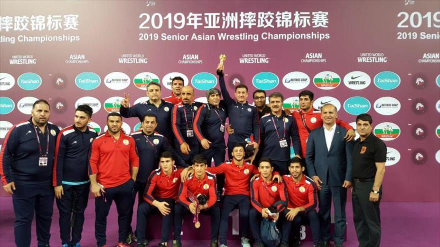 El equipo iraní de lucha libre ocupa el primer podio del Campeonato Asiático 2019, celebrado en la ciudad china de Xian, 24 de abril de 2019.