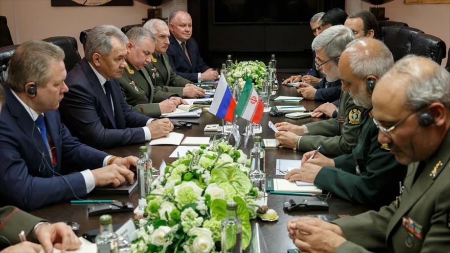 Delegaciones de Irán y Rusia discuten cooperaciones militares en una reunión en Moscú, 24 de abril de 2018.