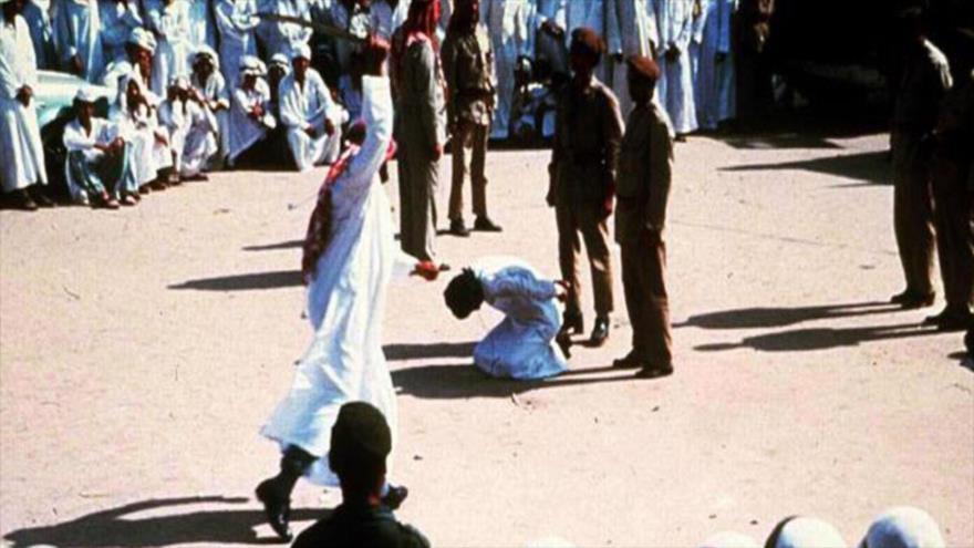 Un hombre arrodillado antes de ser decapitado en Arabia Saudí.