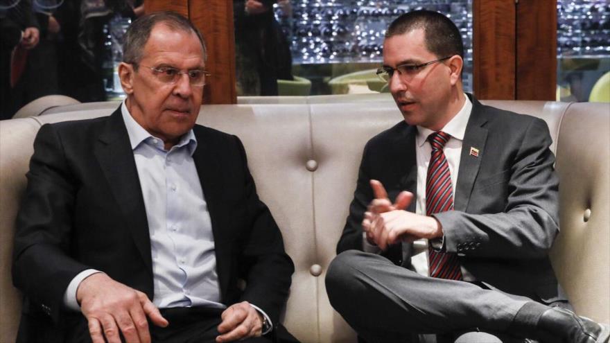 El canciller venezolano, Jorge Arreaza (dcha.), habla con su par ruso, Serguéi Lavrov, Ginebra, 27 de febrero de 2018.