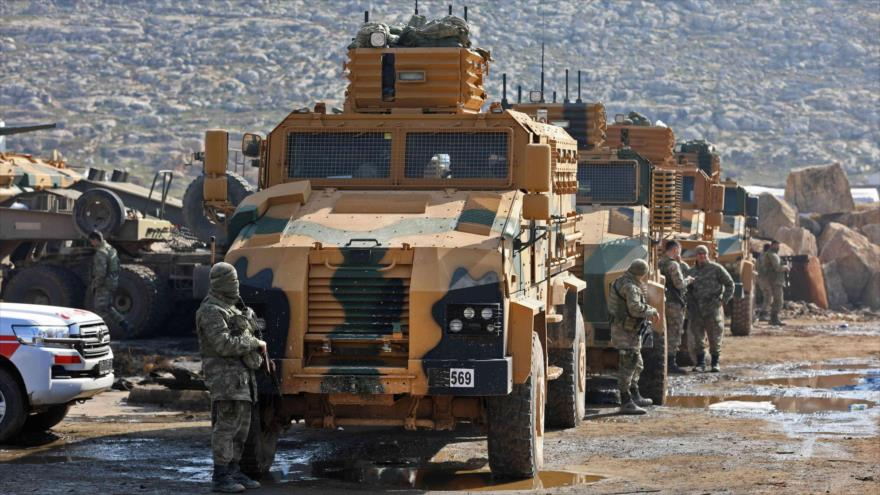 Vehículos blindados de Turquía desplegados cerca de Kafr Karmin, a unos 35 kilómetros al oeste de Alepo (Siria), 30 de enero de 2018. (Foto: AFP)