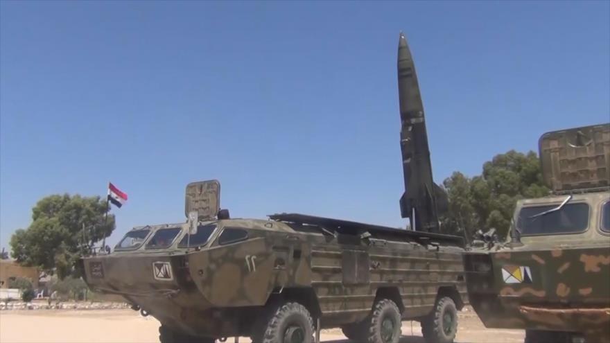Unidad de artillería del Ejército sirio cargada con un misil balístico modelo OTR-21 Tochka.