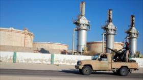 Haftar envía buque de guerra a un puerto petrolero libio