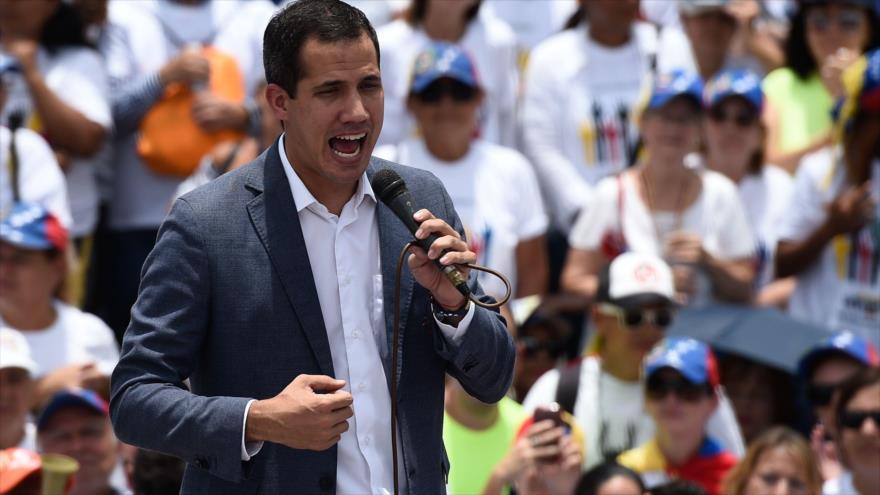 El líder golpista venezolano, Juan Guaidó, se dirige a sus partidarios durante un mitin en Caracas, la capital, 27 de abril de 2019. (Foto: AFP)
