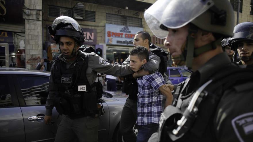 Fuerzas israelíes detienen a un menor de edad palestino en una localidad cisjordana.