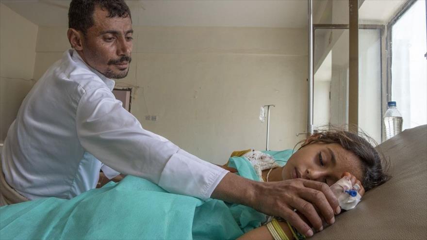 Médico atiende a una niña yemení que sufrió heridas en un bombardeo saudí en el centro de Yemen.
