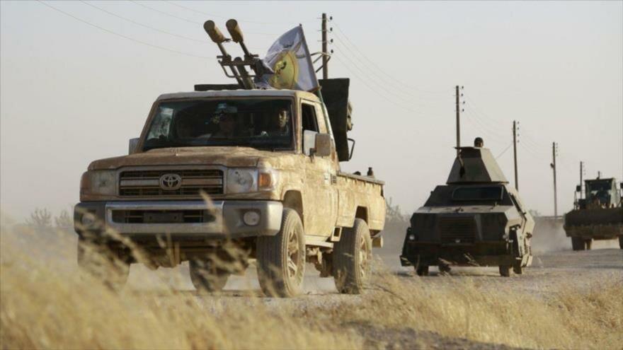 Un convoy de vehículos armados de las llamadas Fuerzas Democráticas de Siria avanza hacia la ciudad de Manbiy, en el norte de Siria, 23 de junio de 2016.