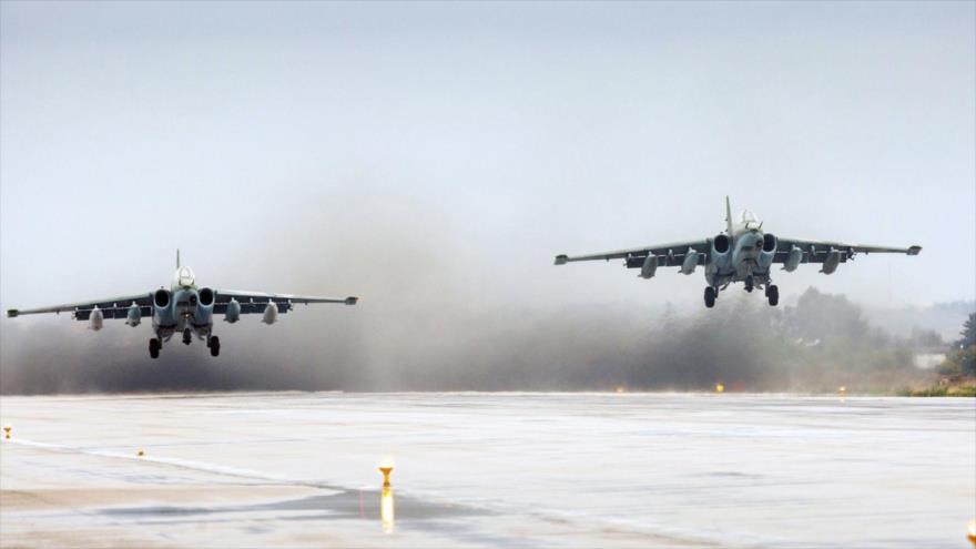 Bombarderos Sujoi Su-25 de las Fuerzas Aeroespaciales de Rusia despegan desde la base aérea Jmeimim en Siria.
