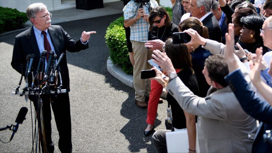 El asesor de Seguridad Nacional de EE.UU.,John Bolton, habla con los periodistas en la Casa Blanca, 30 de abril de 2019. (Foto: AFP)