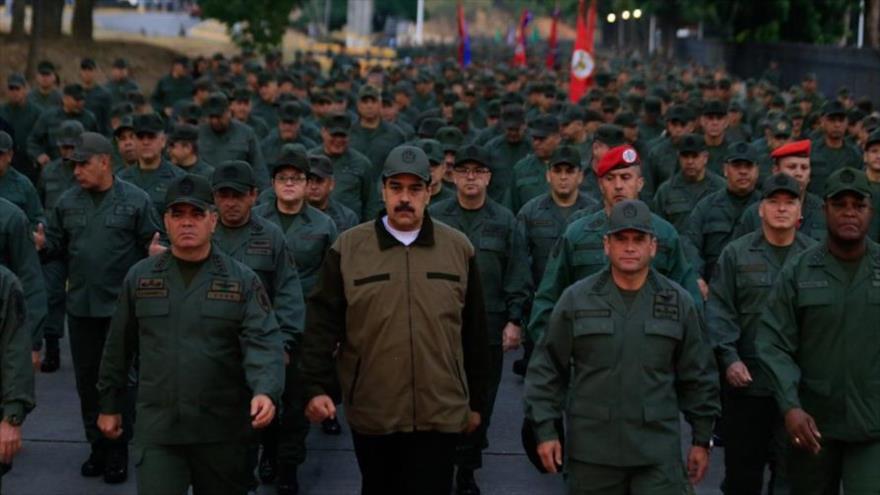 """Maduro urge a FANB a derrotar a """"traidores vendidos a dólares"""""""