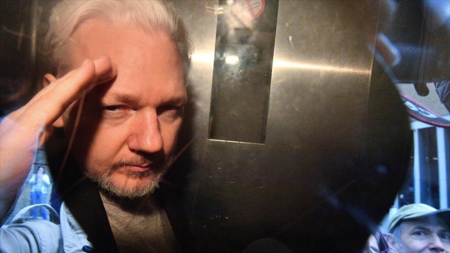 El fundador de WikiLeaks, Julian Assange, hace un gesto desde la ventana de una furgoneta de la prisión en Londres, 1 de mayo de 2019. (Foto: AFP)