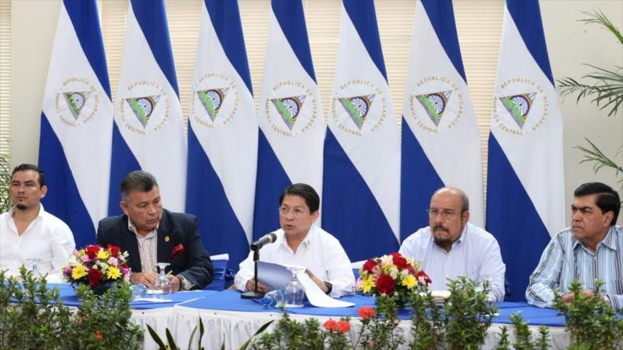 El canciller de Nicaragua, Denis Moncada (centro), ante la mesa de negociación con la oposición, 2 de mayo de 2019.
