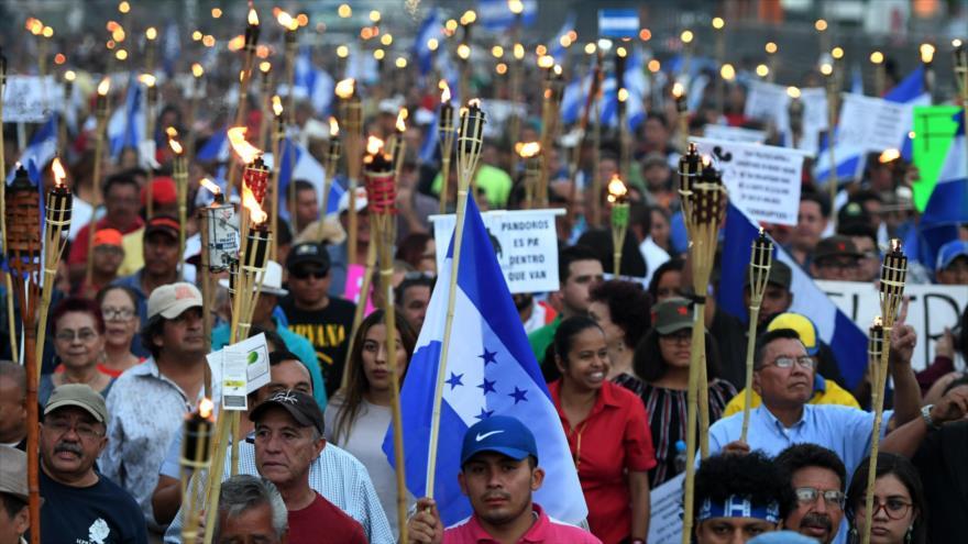 Hondureños marchan contra la corrupción de su presidente